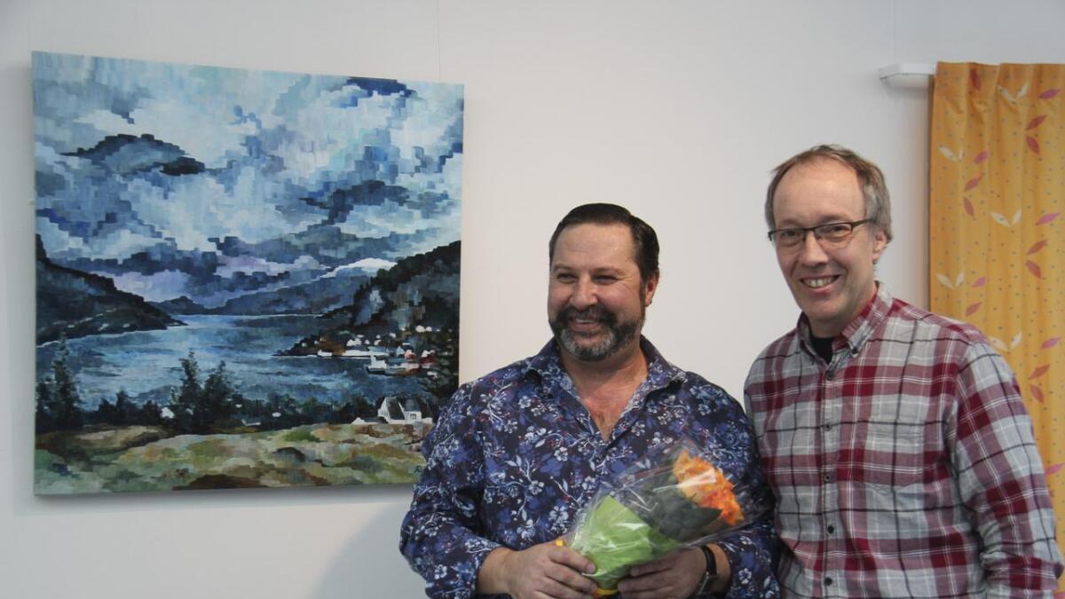 Under utstillingsopninga torsdag fekk Raul velfortent ros av kulturleiar Erik Vangsnes for å setja farge på tilværet, både for dei tilsette på rådhuset og gjester på bygget.