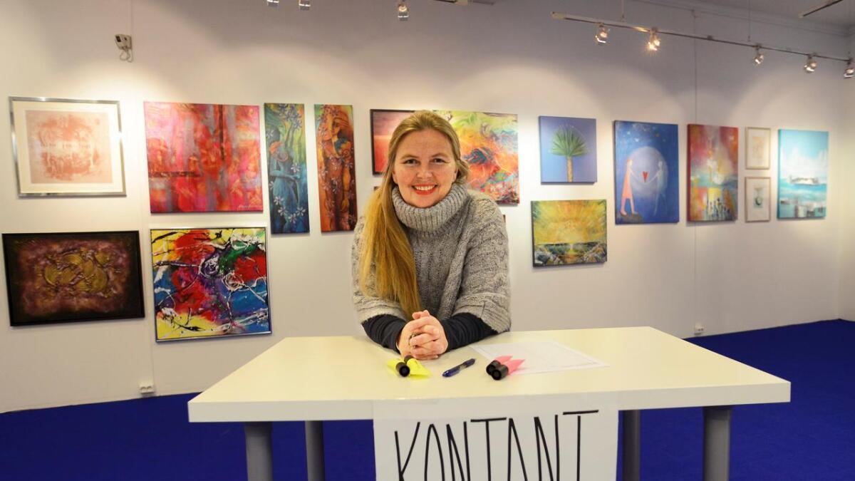 Vi tar begge deler, sier Vibeke Lillefjære om auksjonen «Kunst for Syria» som avholdes søndag 18. oktober. Bak sees noen av de innsendte arbeidene du kan by på.