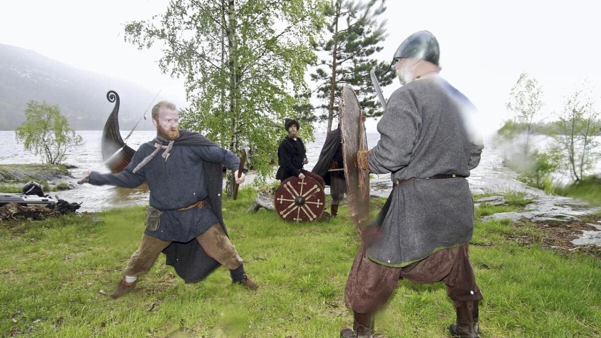 Eirik Storm og Øyvind Rivrud i en duell der noe er innøvd og noe tas på sparket. Hærkamp er en nøye regulert kampsport. Bak; Ole Bjørn Oterholt.