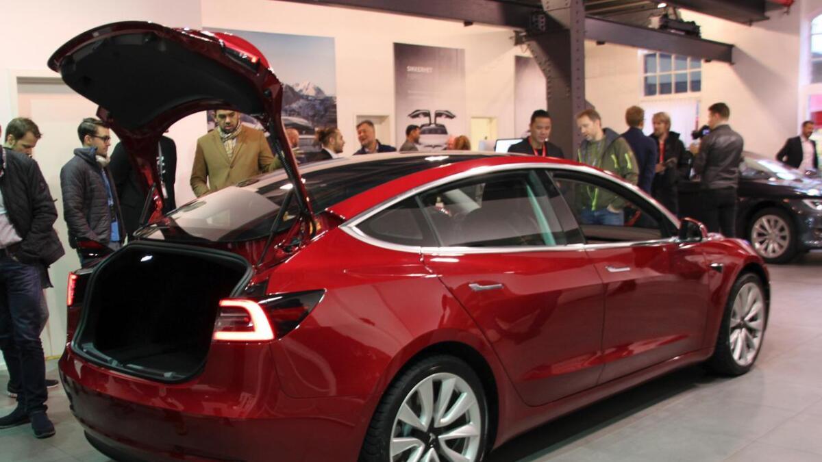 Teslas Model 3 er den mest solgte bilen i Norge så langt i år. Her da bilen for første gang vistes fram i Norge i desember i fjor.
