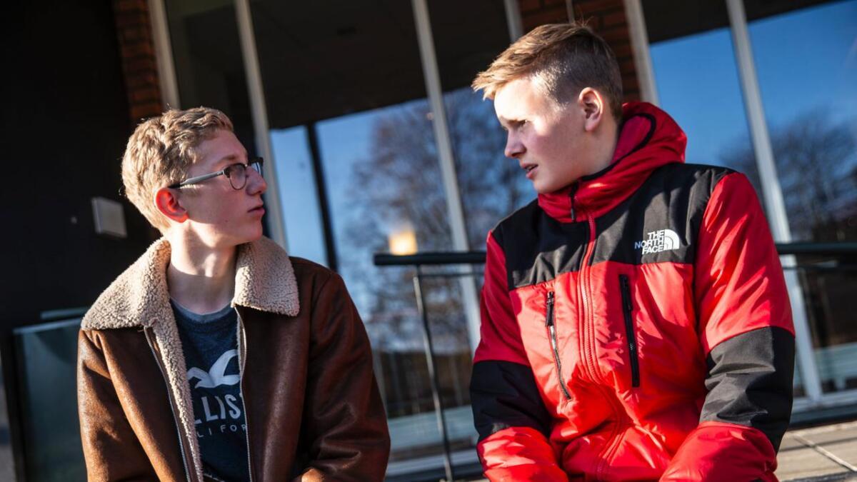 Vetle Hvitsand (f.v.) og Daniel Fjæran Opheim synest det er bra at både politi og media tek tak i trakassering av ungdom via sosiale medium. – Kanskje kan det hindre at det skjer igjen, seier dei.