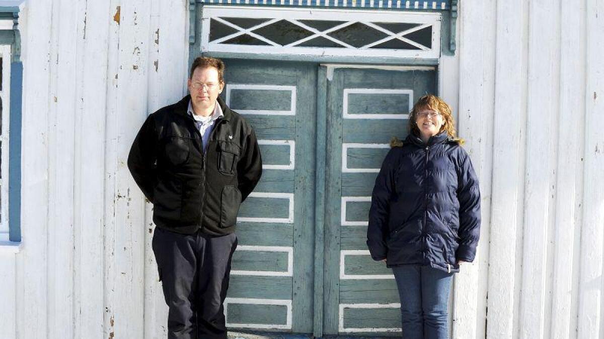 Original dør. Denne døra er bevart akkurat slik den var i 1823. Eneste som måtte skiftes ut, var lista på grunn av råte. Jan og Grethe Ellingsen poserer fint i vårsola.