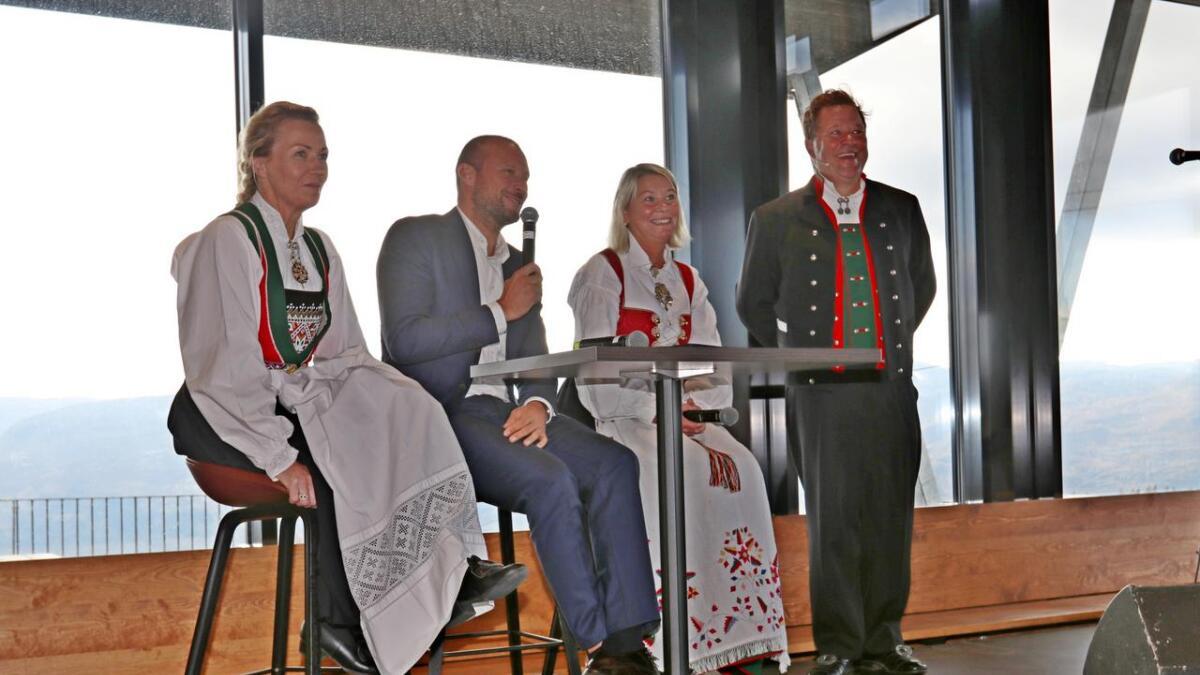 Kari Traa, Aksel Lund Svindal, Monica Mæland og kjømeister Arne Hjeltnes på Hangurstoppen.