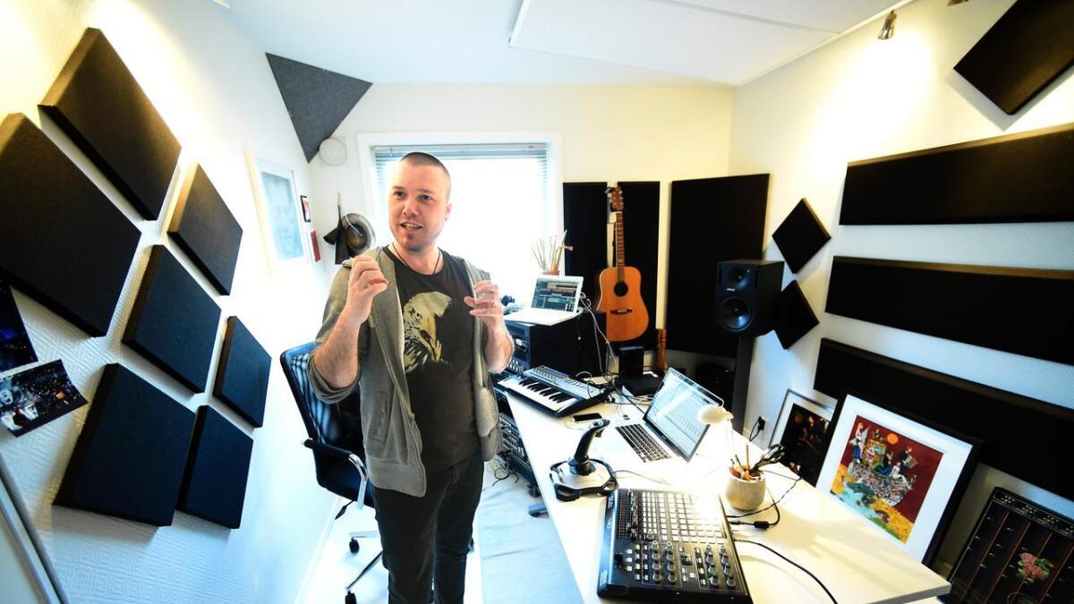 Lydkunstner Terje Evensen i sin musikalske hule hjemme på Ås.