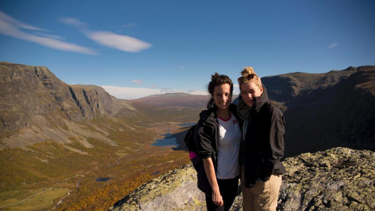Leonie Moraal og Jeske Hagenaars fekk tips om turen på turiskontoret.