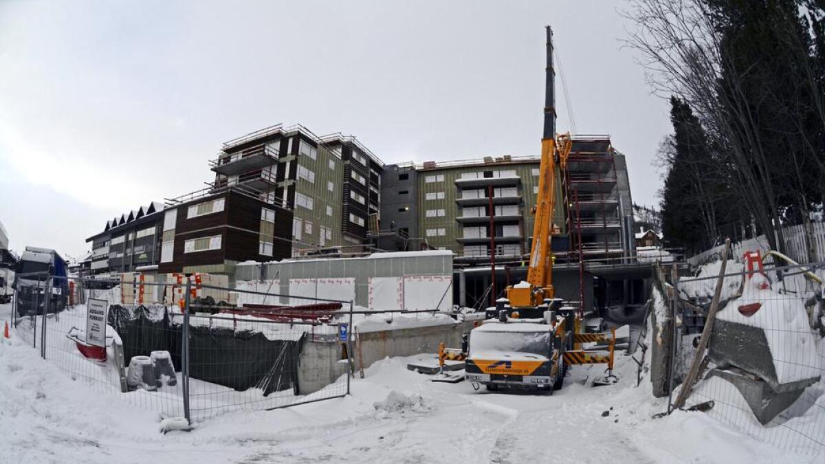 Bygget på ni etasjar reiser seg.