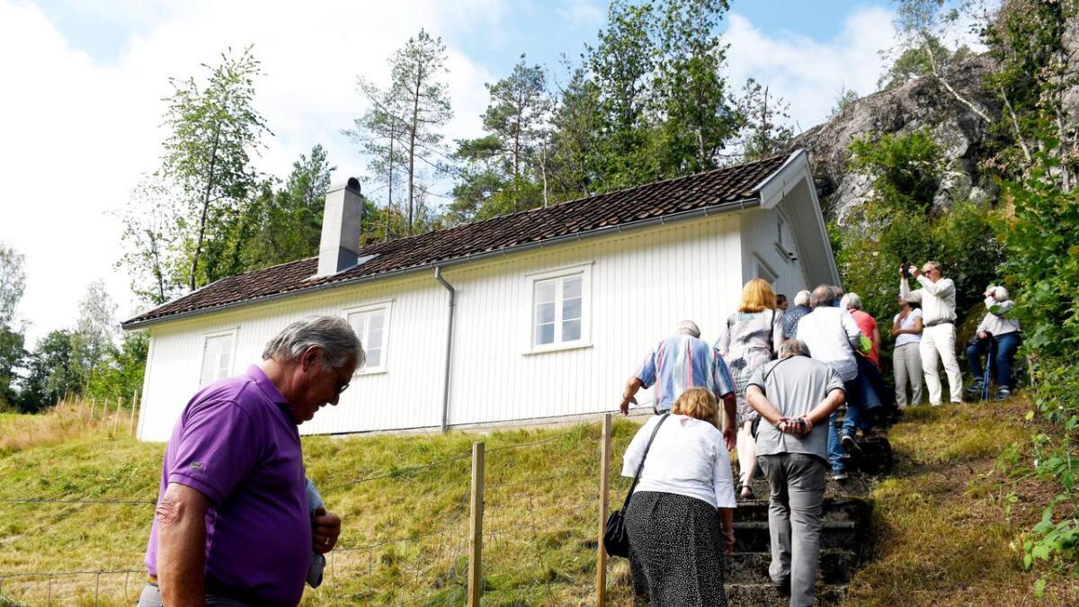 Knut Hamsun kalte dikterstua på Nørholm for huset sitt. Der likte han å sitte og se ut på det som skjedde. Nå foreslår regjeringen å bevilge 1,5 millioner til restaurering av Hamsuns bibliotek med en boksamling på over 6.200 bøker.