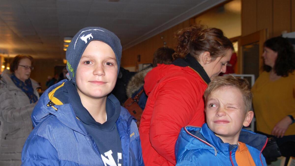 Bendik (11)har fornøyd tatt på seg nyhua mens lillebror Eivind gir ham et skrått sideblikk.