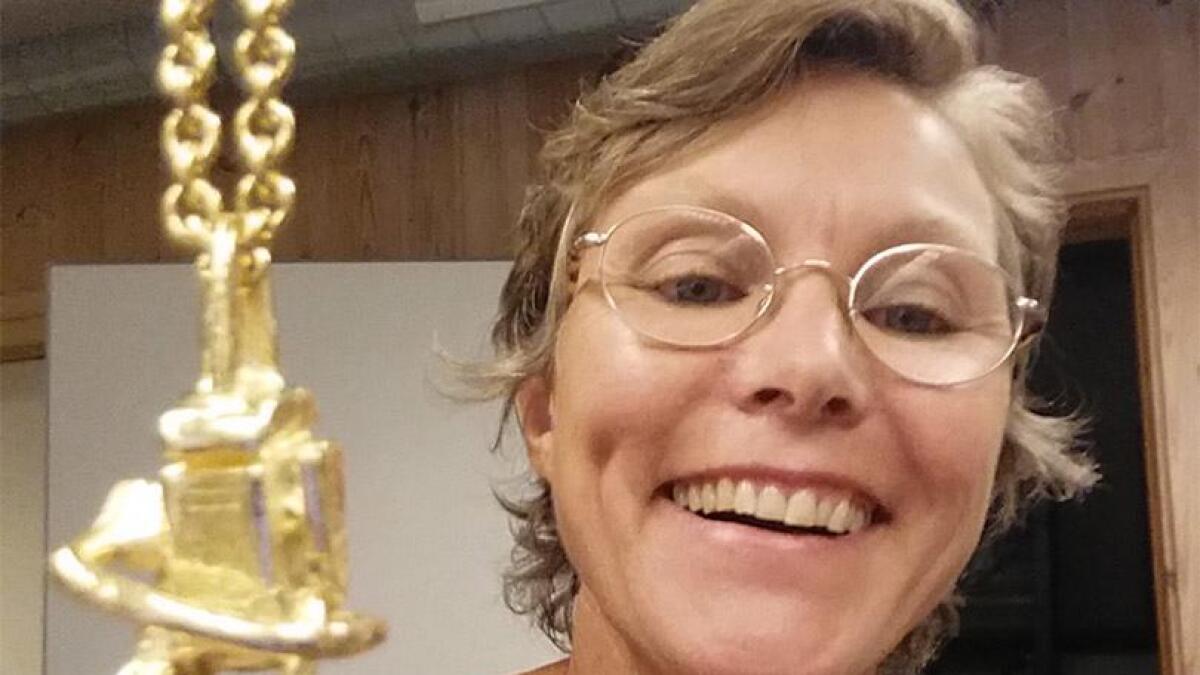 Inga Hillestad fra Åmli med et av smykkene hun har laget til årets nordiske mesterskap i timbersports.