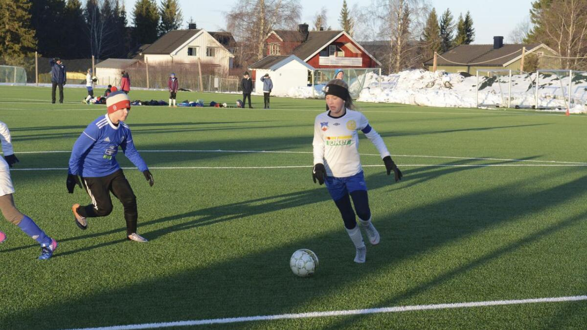 Sunniva Søreng viser god ballkontroll i solskinnet på Årnes kunstgress.
