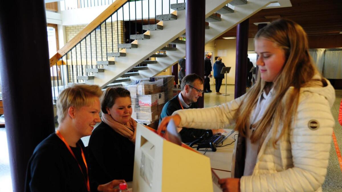 Fyrstegongsveljar Ingrid Jøtun Fauske (18) puttar røystesetelen i urna. Arne Borge Hesla, Ronja Risdal og Bjørn Søgnen kontrollerer at det går rett føre seg.