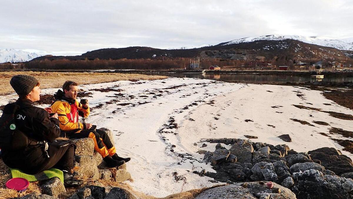 Strandhugg på Risøya. Wenche Edvardsen og Tom Holdø i Vesterålen padleklubb.