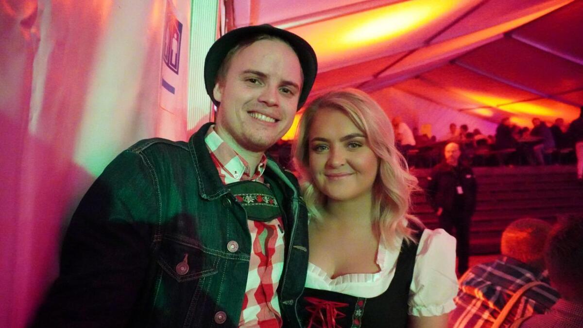 Anders Gulløy Lia og Eileen Tveitan Kittilsen hadde funnet fram kostymer til Oktoberfesten på torget i Skien lørdag kveld.