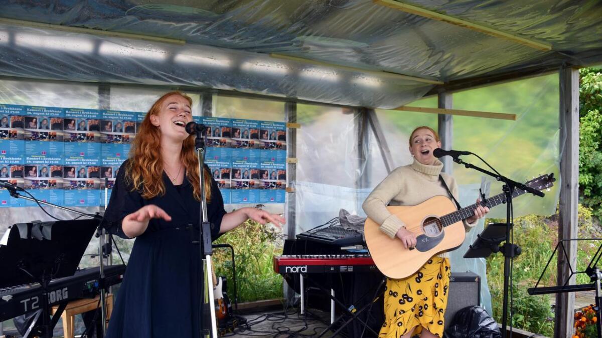 Maren og Charlotte Wallevik Hansen i Oakland Rain imponerte tilhørerne med melodiøs pop og underfundige tekster. De var svært glade for å delta på skjærgårdskonserten i Brekkestø til inntekt for Facing a Child.   8