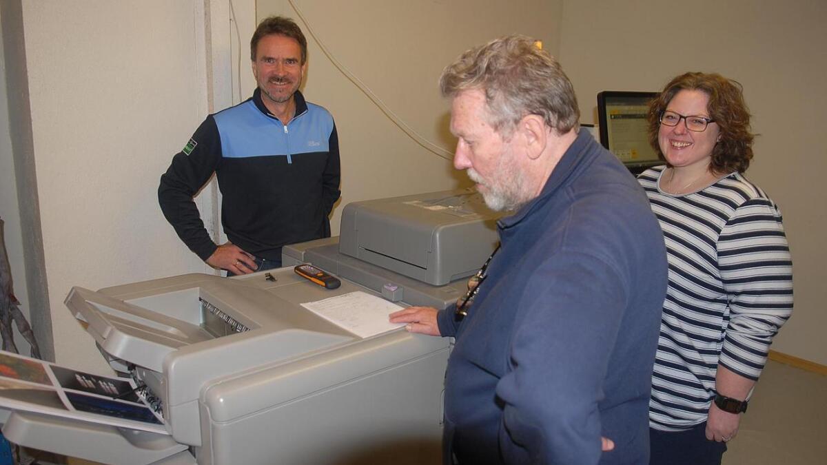 Setesdalstrykk AS på Evje har skaffa seg splitter ny trykkmaskin med heilautomatisk trykking for opplag inntil 700-800 eksemplar, fortel frå venstre dagleg leiar Helge Stokkeland som er busett på Evje, Anne Lene Aasen Heggland frå Røyknes og Knut på Bø som bur på vestsida av Byglandsfjorden.
