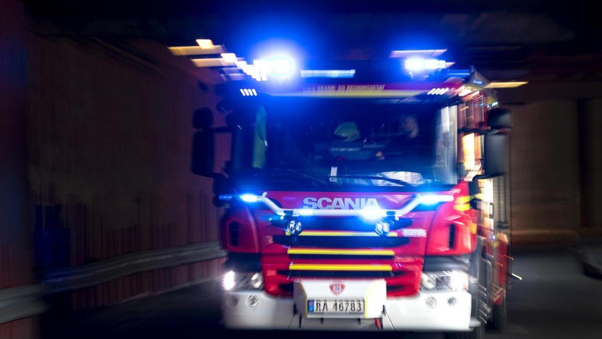 En person er savnet etter en kraftig brann i en enebolig på Tysnes i Hordaland natt til onsdag.