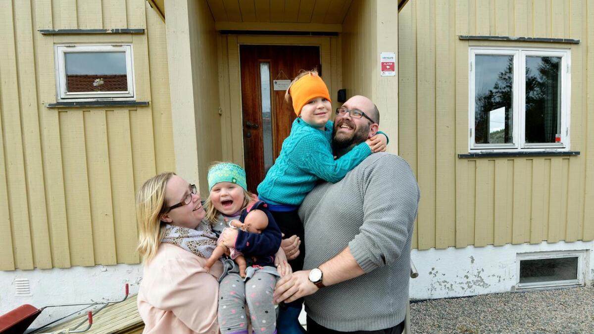 Helene og Lars Kolaas sammen med barna Matteus (5) og Rebekka (4).