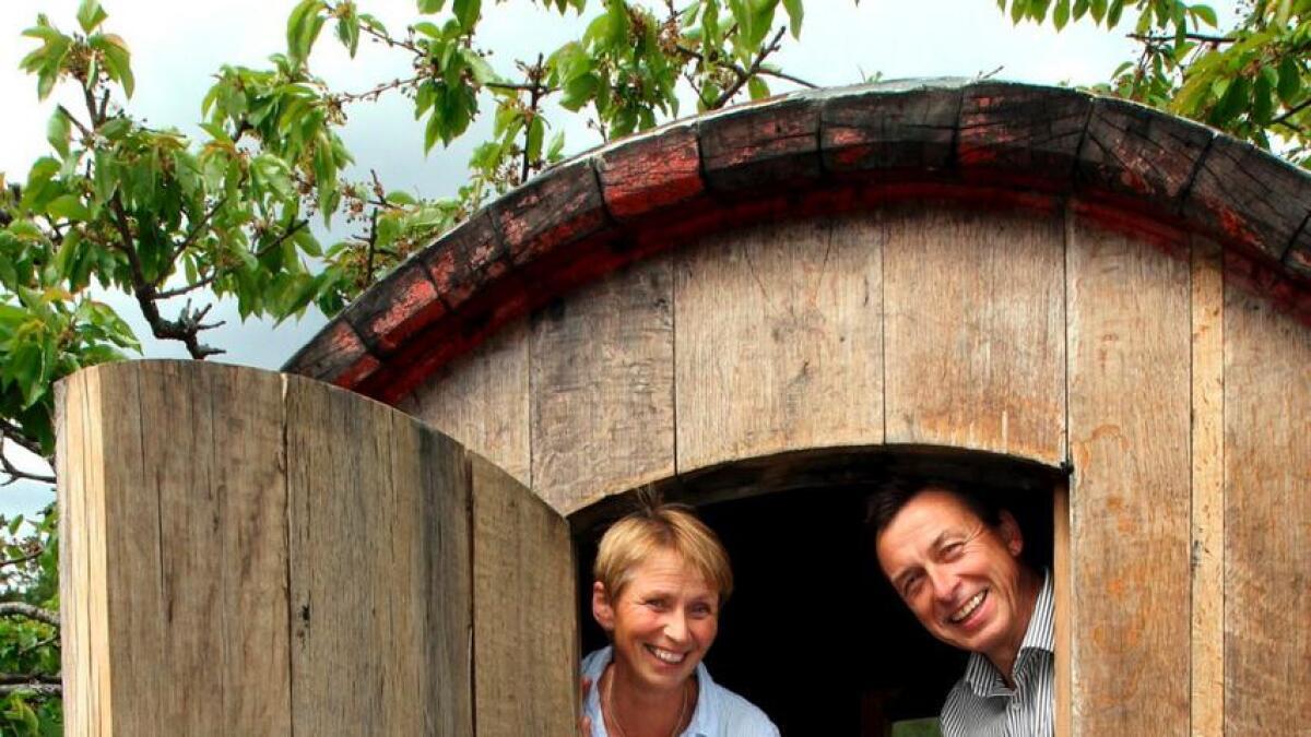 Wenche Hvattum og Joar Sættem synes det er hyggelig med et romantisk krypinn på gårdstunet.