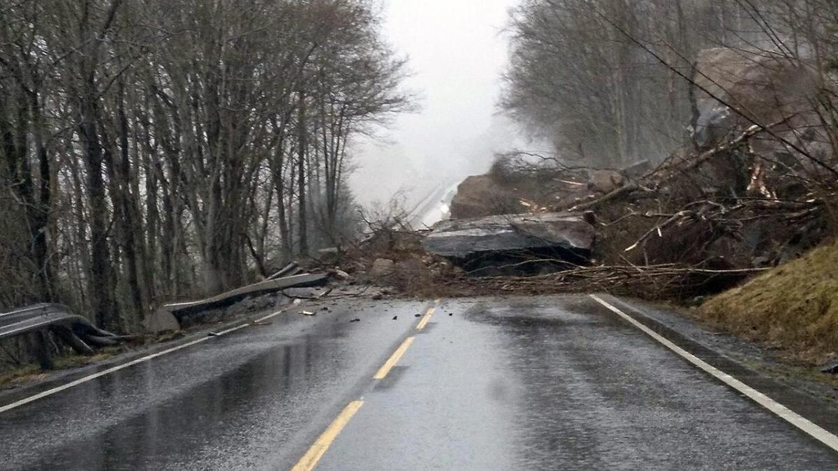 Raset over fylkesveg 550 i Hardanger drog med seg store steinar og jordmassar.