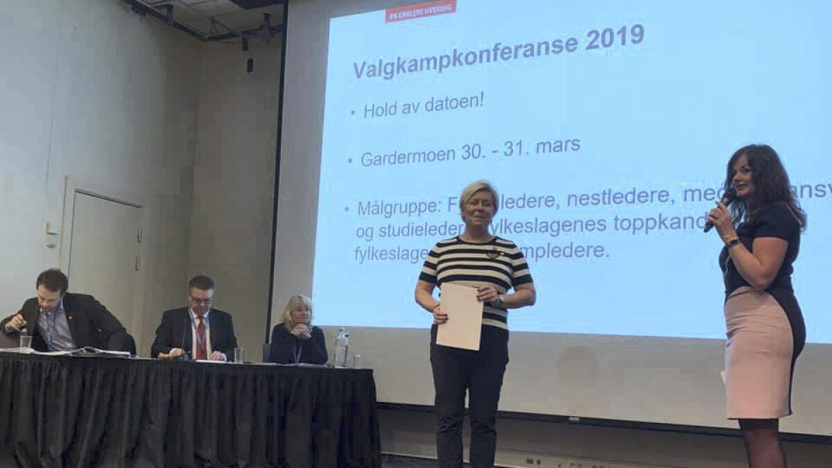 Det blir mye politikk for Liv Gustavsen, her på scenen med partileder og finansminister Siv Jensen.Privat foto