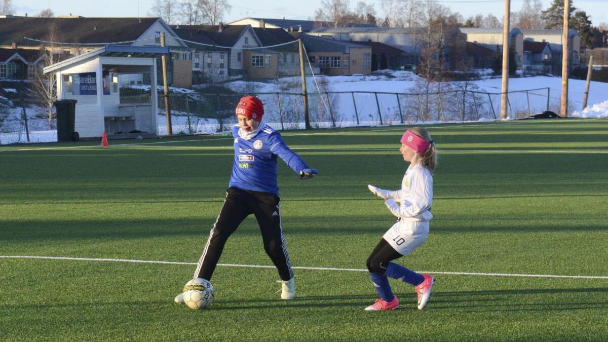Sander Granlien-Hartweg har kontroll på ballen, mens Sanna Holmgren går i duell.