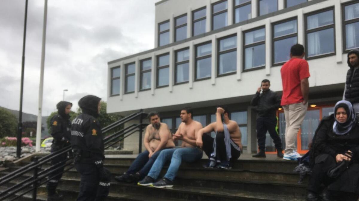 Tre syrarar frå same familie kledde av seg på overkroppen og sat fire timar i regn utanfor Fitjar Rådhus fredag.