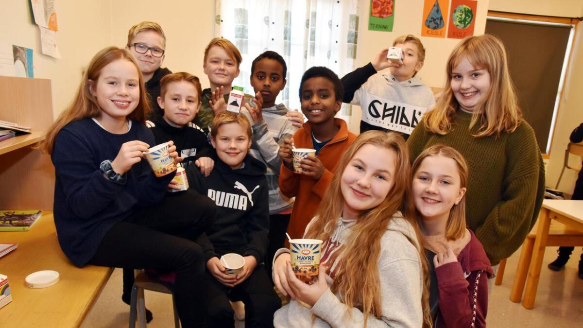 Elevene i klasse 6A på Lamarka skole trives stort sett med grøt og smoothie. Helt forrest sitter blant andre Cecilia og Martine Hansen. Helt bak til venstre er Johan Johnsen Jermstad.