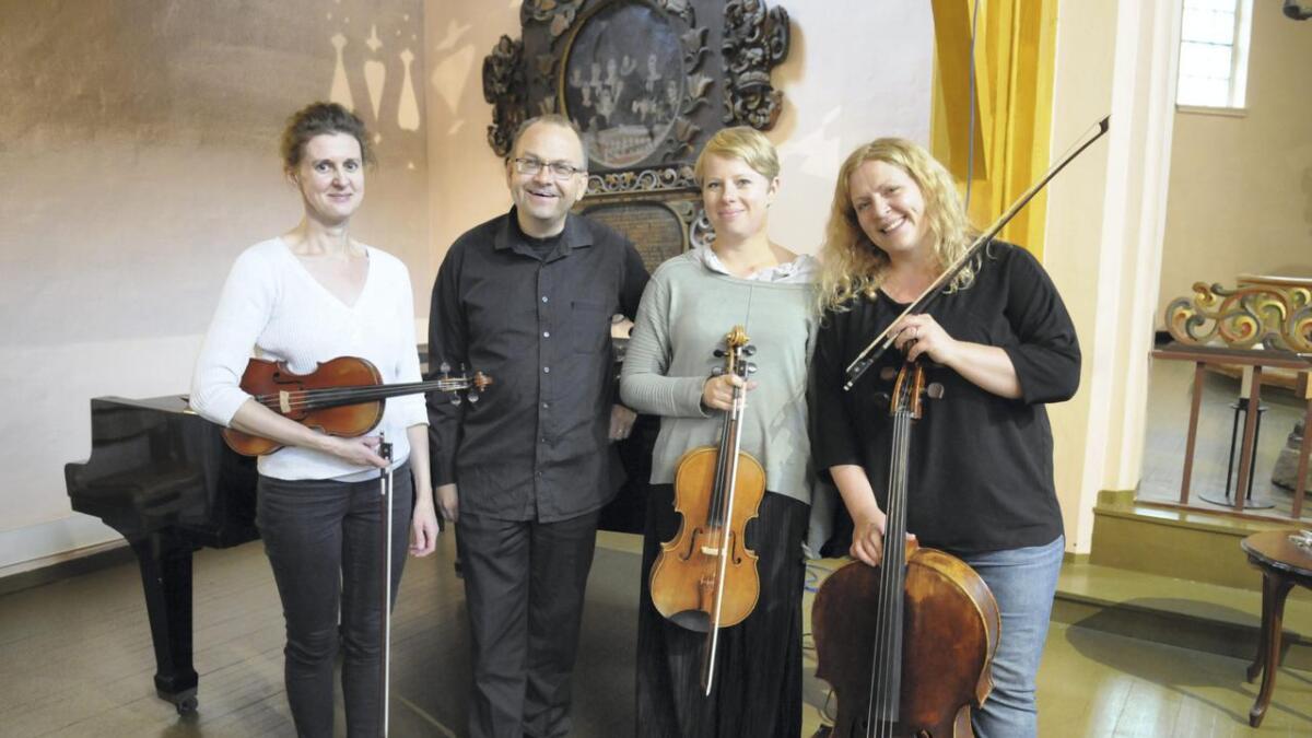 Karolina Radziej, Øyvind Sørum, Hanne Skjelbred og Kaja Aadne Thoresen ønsker velkommen til konsert i Nes kirke søndag.