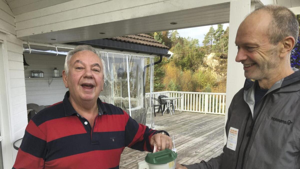 Frank Grahl hadde pengesetelen klar då Tom Rydland kom med bøssa.