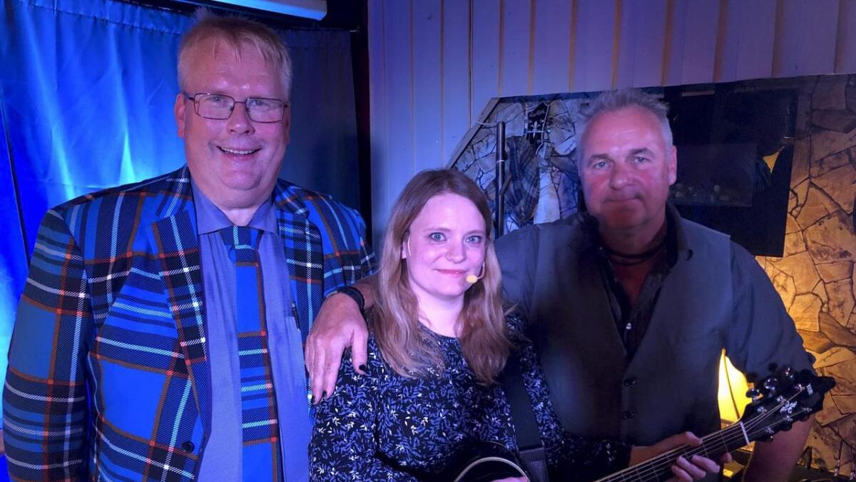 Arne Torget (t.v) og Åge Stokken flankerer musikaren Torill Solstrand. Sistnemnde var også med på fredagens «Rorbua»-show på puben Anno 1564 i Sagvåg.