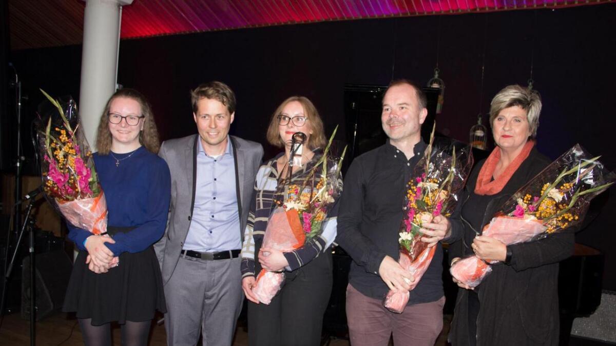 Stipendvinnarane Ingrid Standal Sørheim (t.v.), Johanna Mjeldheim, Ole Gjerde og Kjersti Wiik. Som nr to frå venstre ser me utvalsleiar Tor André Ljosland, som delte ut stipenda.