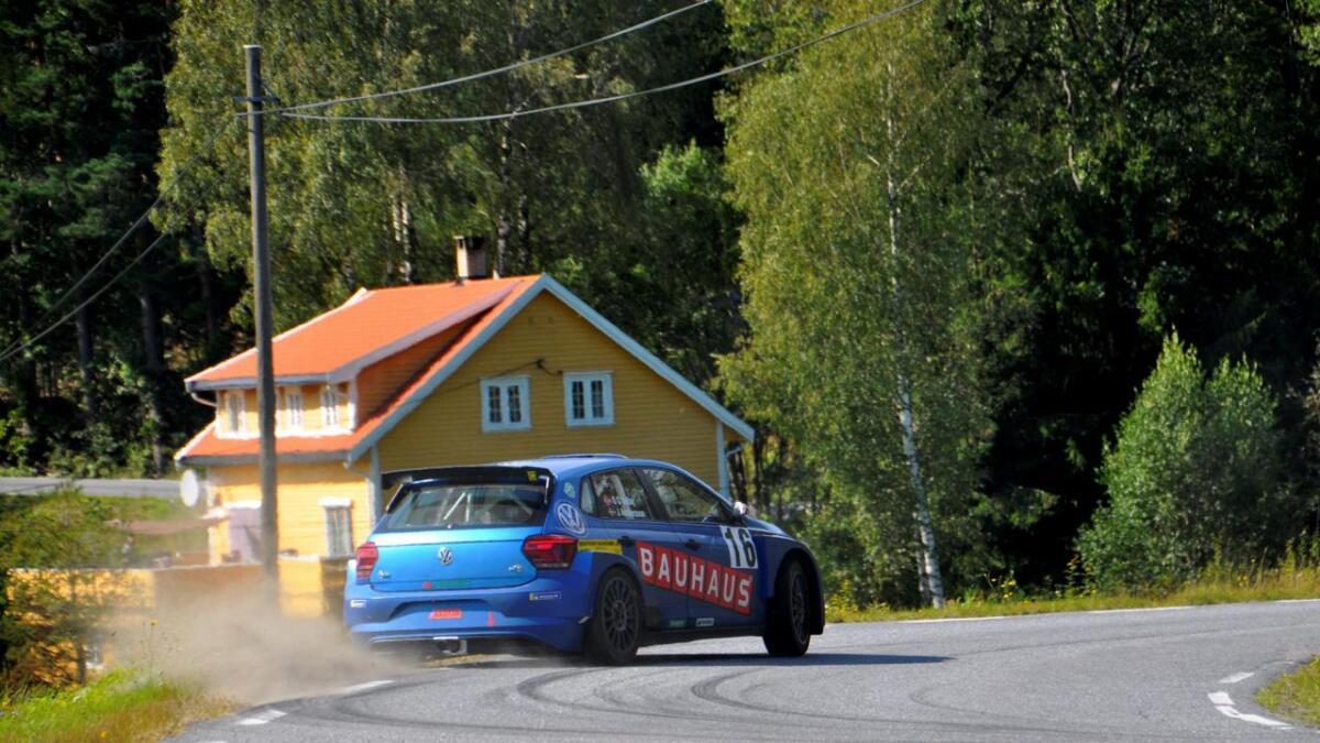 Ole Christian Veiby og kartleser Jonas Andersson i fin stil ved utgangen av svingen gjennom Langemyrkrysset. De leder NM etter fem løp. Men siste runde må kjøres før mesteren kan kåres.