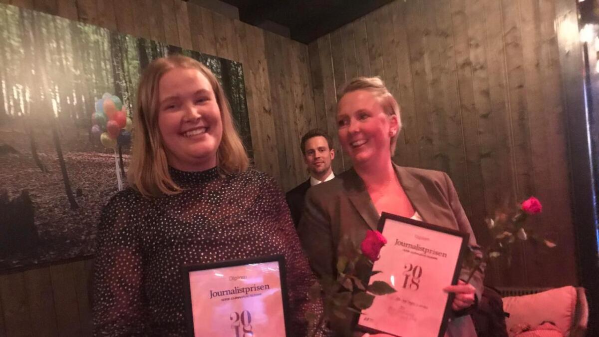 Line Omland Eilevstjønn (t.v.) og Tone Tveit tok på vegne av VTB-redaksjonen imot gullprisen då det var prisfest i Telemark journalistlag fredag.