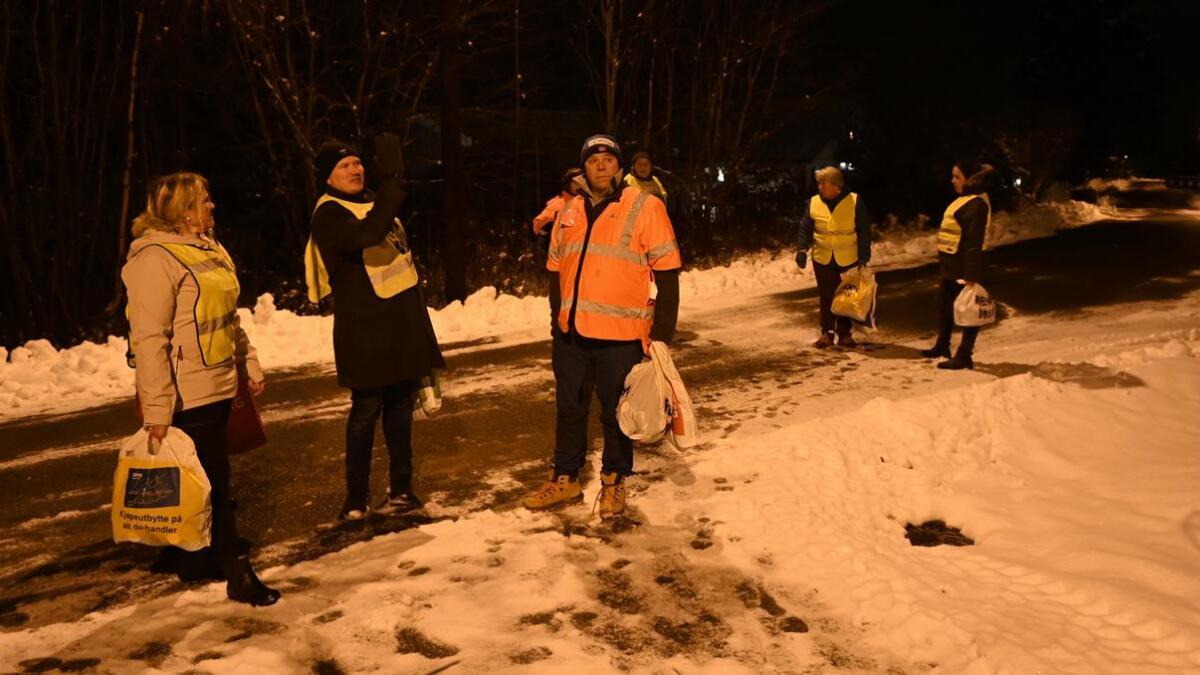 Her står gjengen i selve hjertet av Rånåsfoss-bebyggelsen, klare til besøke flere husstander.
