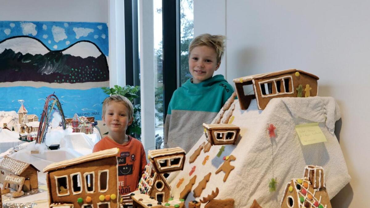 Her ser me fjorårsvinnaren Voss Gondol. I biletet ser me brørne Edgar (t.v.) og Oscar Marrier Solbakk, som laga kunstverket saman med pappa Frode Solbakk. Arkiv