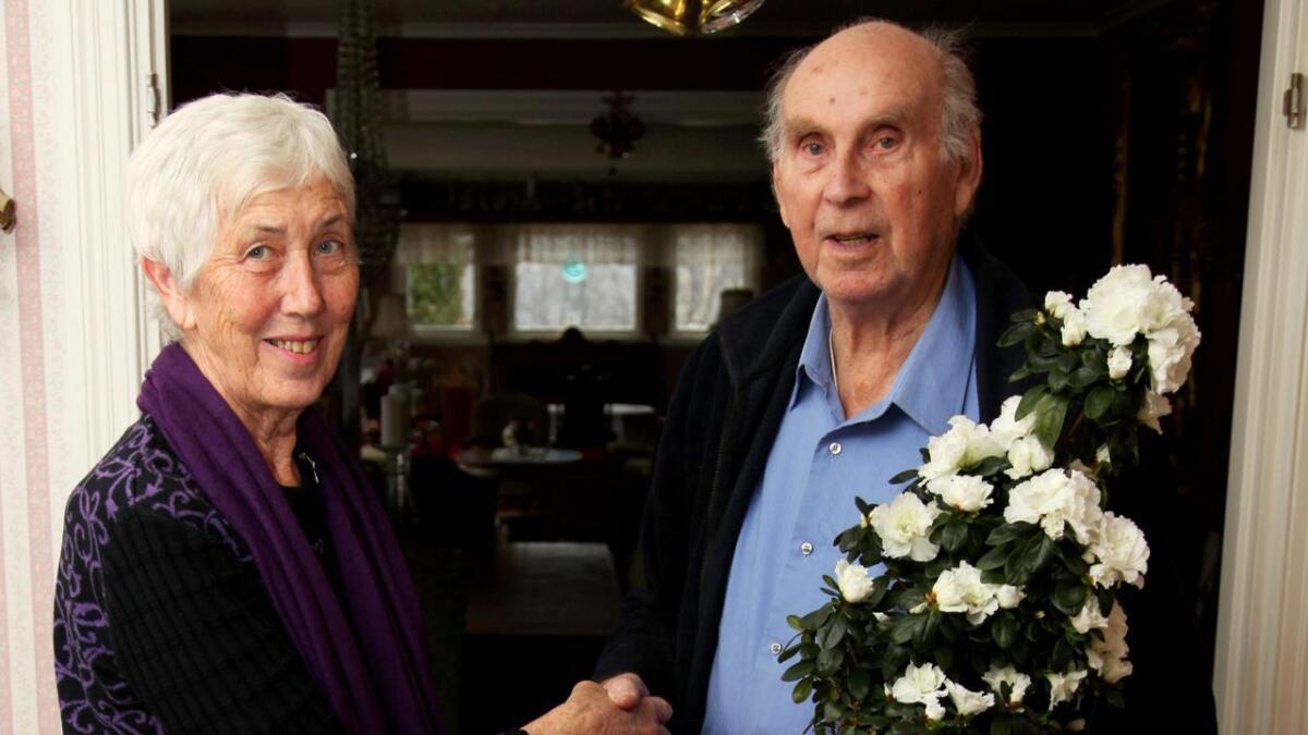 Nestleder i historielaget Signe Rysstad overrekker blomsten til hedersmannen Bernt Kvarstein.