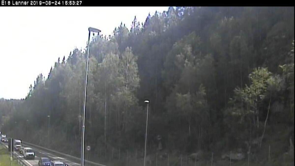Det har oppstått lange køer i forbindelse med et trafikkuhell ved Lanner kontrollstasjon  på E18 i Porsgrunn. Trafikken dirigeres via fylkesvei 30.