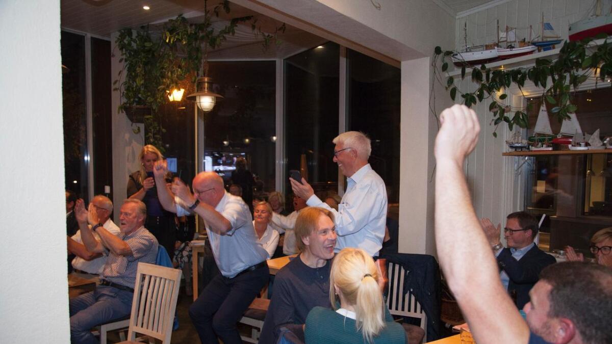 Risør Høyre og et par Frp-ere var samlet på Stranden restaurant. Stemningen var høy da forhåndsstemmene var telt opp.