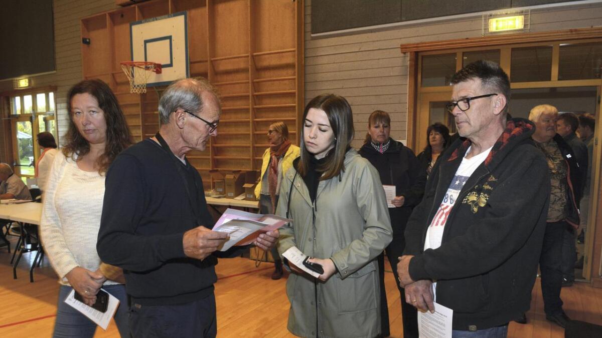Henriette Haugen Hoffmann (19) entret valglokalet i Skogbygda sammen med foreldrene Margaret og Arild (t.h.). Her blir hun veiledet av Tore Westrum.