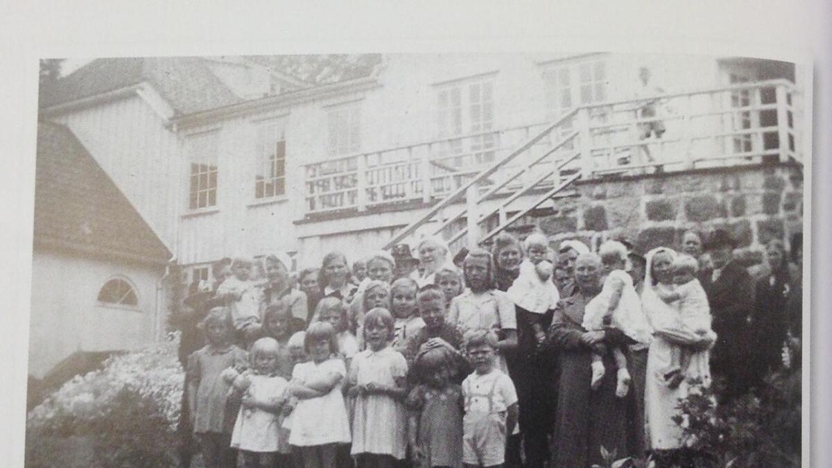 Årboka har et langt og interessant kapittel om Mindalen Barnehjem.  Bilde fra boka.