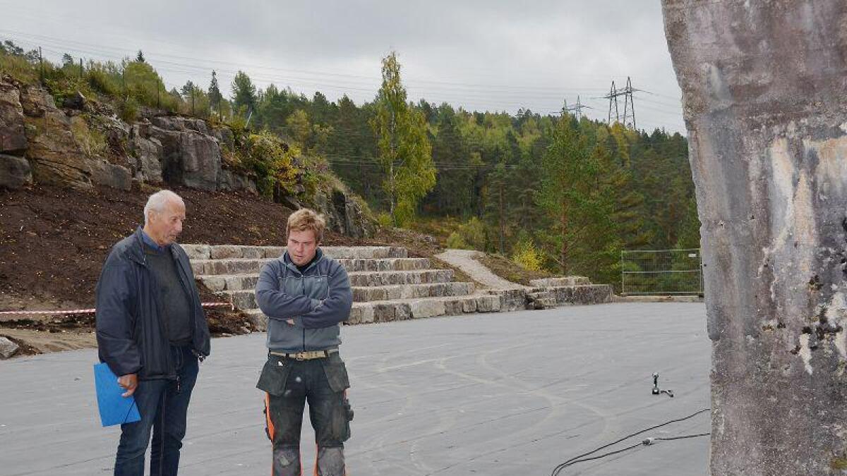 Odd Magne Røinås er svært begeistret for arbeidet som nå blir lagt ned på Kringsjå. Tommy Hallberg, som jobber for Kruse Smith på området, viser fram det påbegynte arbeidet. Bak de to er det nylagde amfiet med ruiner fra Kringsjå. Tirsdag støpes nytt dekke på plassen.