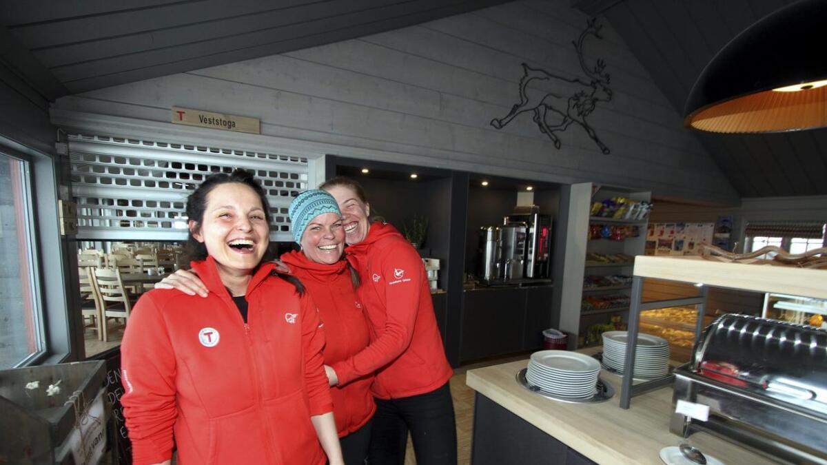 Latteren sitter løst på fjellhytta på grensen mellom Telemark og Hordaland. Dagmara           Wieczysta (f.v.), Christel Hansen og Agnes Eriksson trives topp på fjellet.