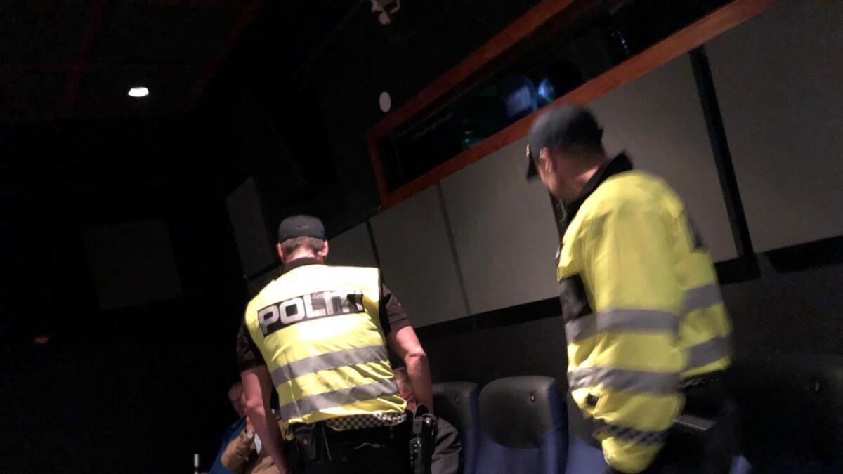 Representanter fra SIAN møtte opp på Kvinnegruppa Ottars debattmøte. Her tar politiet affære.