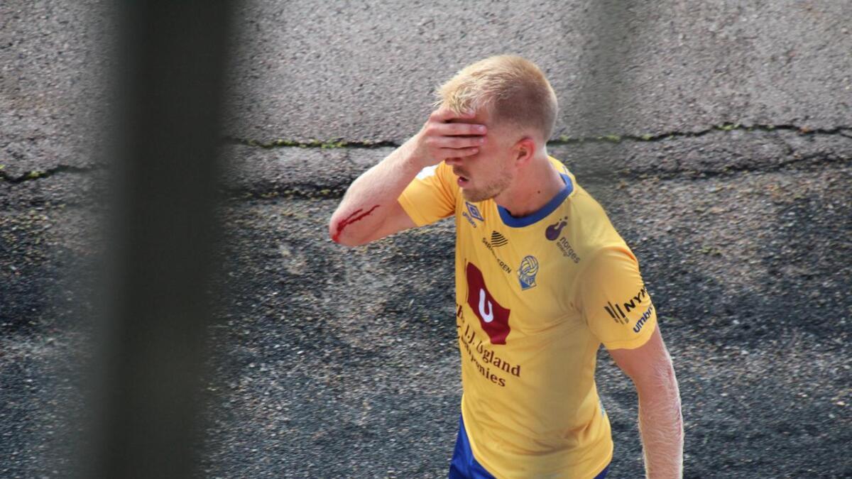 Daniel Aase fikk marsjordre med sitt andre gule kort mot Strømmen, trolig for kjeftbruk etter at han ikke fikk frispark etter tøff takling. Her på vei til garderoben.