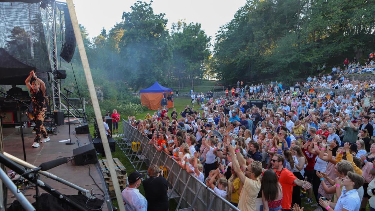 Sondre Justad bergtok Furøya fredag kveld. Publikum danset og sang med foran scenen og langt oppover i det store uteamfiet.