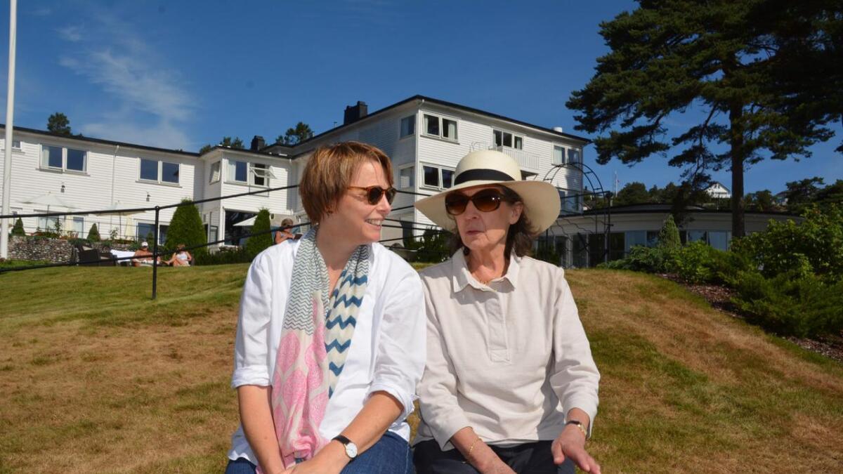 Idyll. Ophelia (t.v.) og Felicity Dahl har bodd på Strand hotel Fevik denne uken, stedet hvor Roald Dahl og familie ferierte i årevis.
