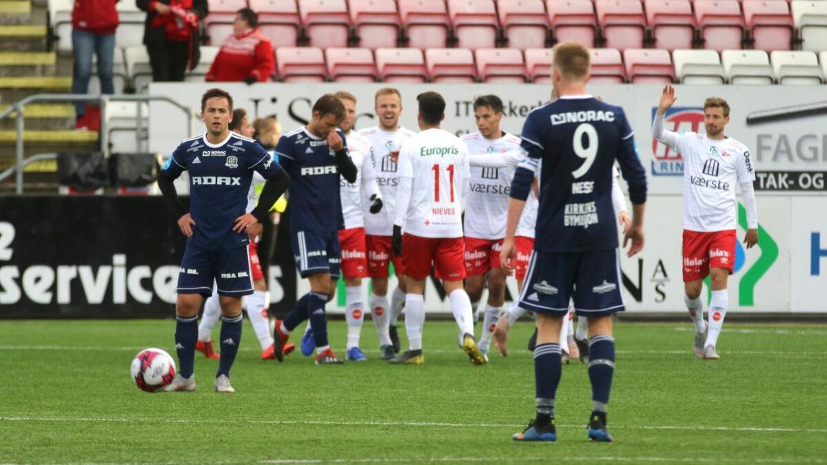 Kim Kvaalen (t.v.) og Mads Madsen fortviler etter et av de fem baklengsmålene mot Fredrikstad lørdag.