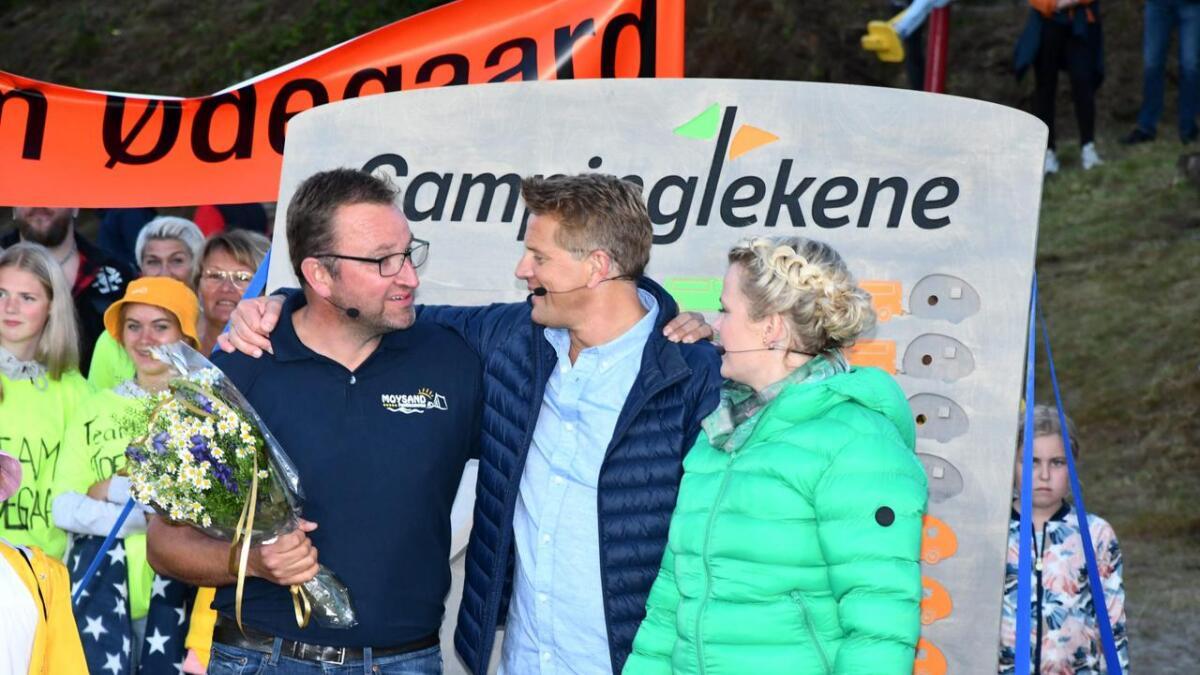 Campingsjef Ole Johan Stensvand fikk blomster av programlederne Robert Stoltenberg og Ingrid Gjessing Linhave.