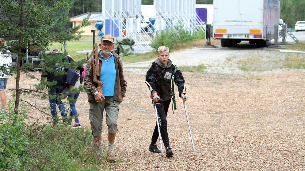 Jakob og bestefar Odd har nærmest blitt et eget lite team. Odd følger Jakob på stevnene, og selvsagt også på Landsskytterstevnet på Evje.