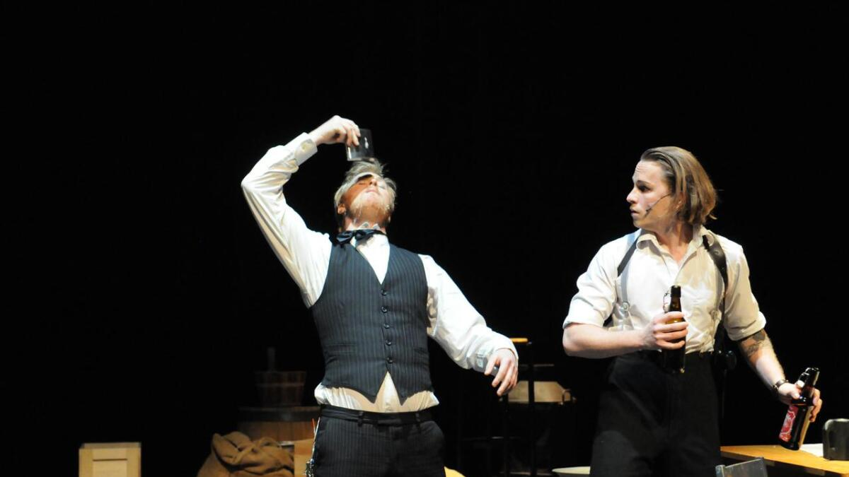 Portneren, spilt av Stian Delbekk Johansen (t.v.) og Lennox, spilt av Joachim Finstad Østli.